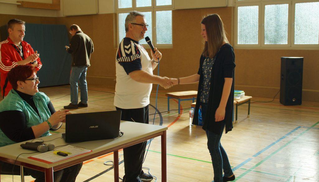 Gratulation an Laura Weber durch den Schulleiter