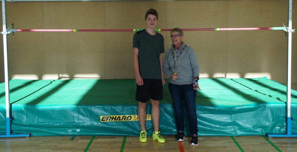 Hannes Schmidt-der beste Springer der Schule, neben Frau Kleinschmidt in 1,55 m Höhe