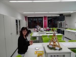 Beratungslehrerin Elflein mit ihrer Schülervertretung im Chemieraum sowie Verkaufsstand der familie Böttcher